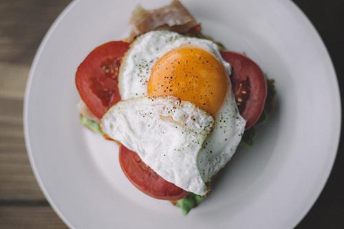 huevos y ensalada